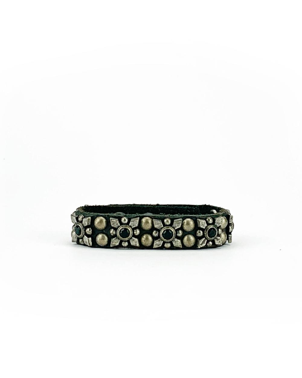 Bracciale in cuoio di toro lavorato a mano con accessori in metallo e pietre nere.