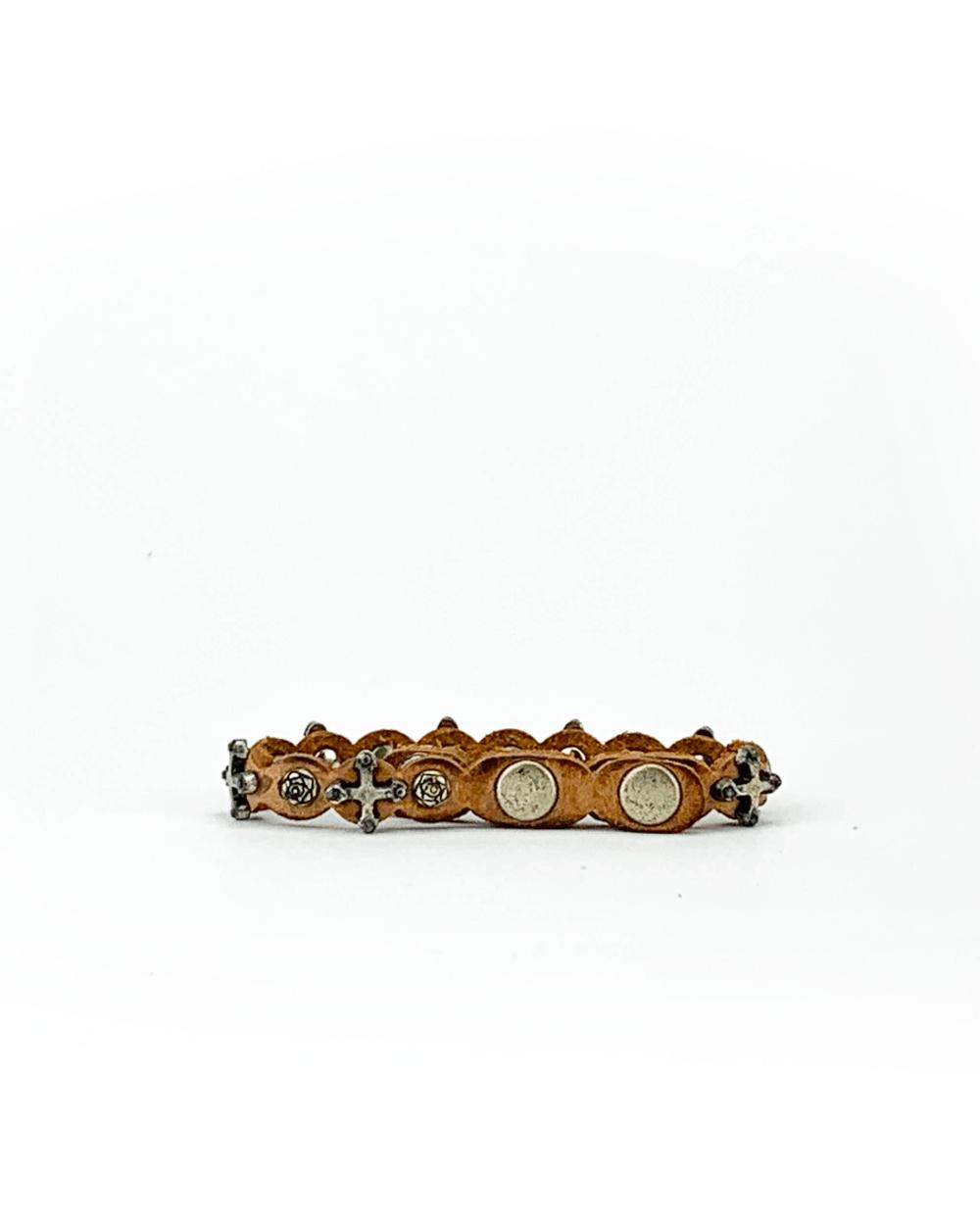 Bracciale in cuoio di toro lavorato a mano con accessori in metallo invecchiato.