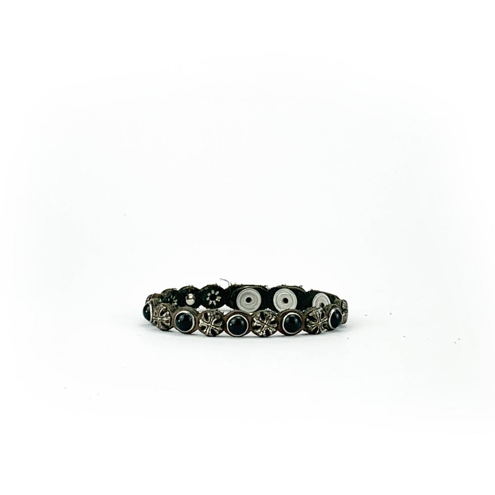 Bracciale in cuoio di toro lavorato a mano con accessori in metallo invecchiato e accessori neri.