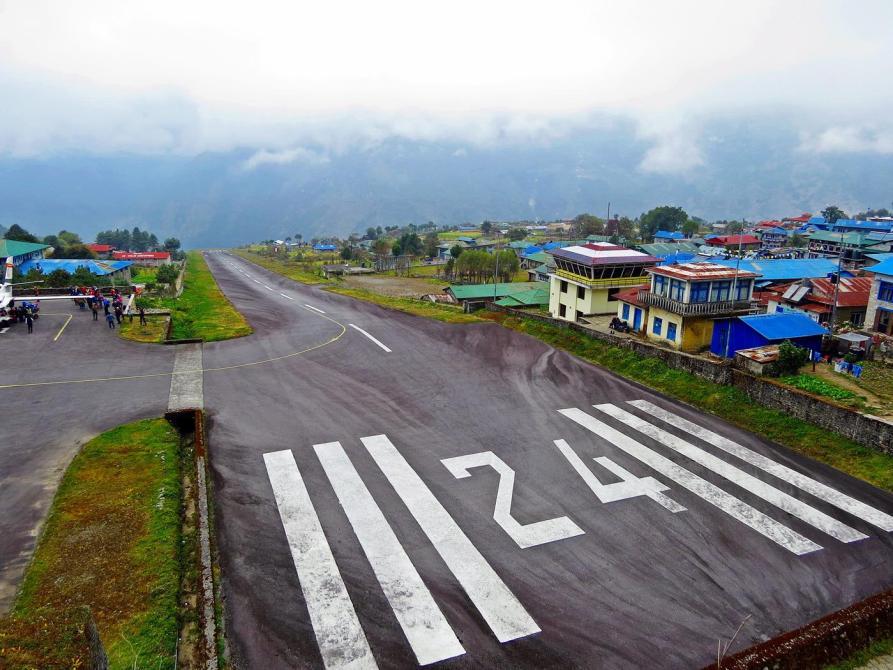 Landebahn des Tenzing-Hillary-Flughafens in Lukla