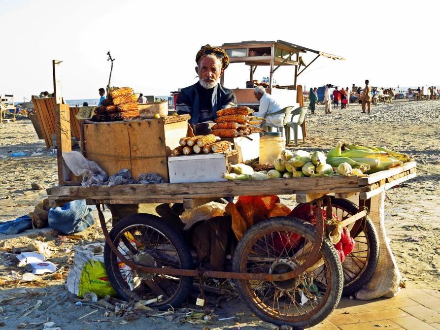 Maisverkäufer am Strand, Clifton Beach, Karatschi, Pakistan