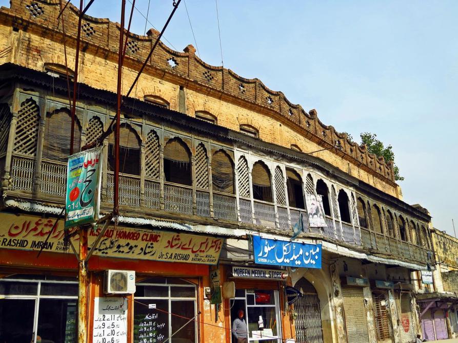 alte Holzbalkone schmücken die Altstadt von Rawalpindi