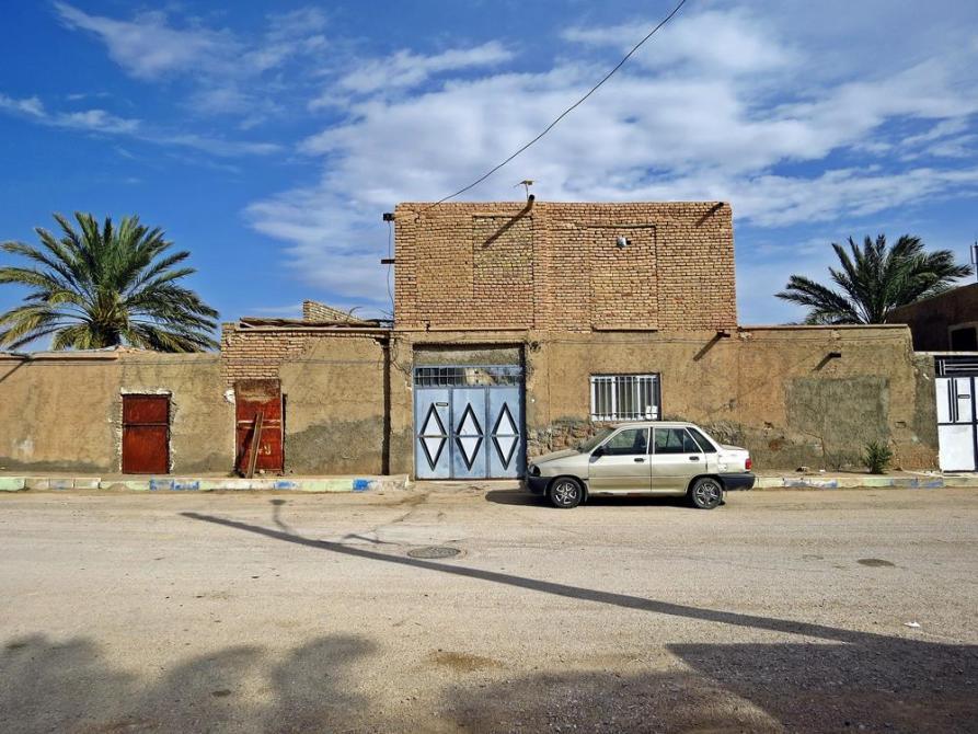 Auto vor Lehmgebäude, Garmeh, Iran