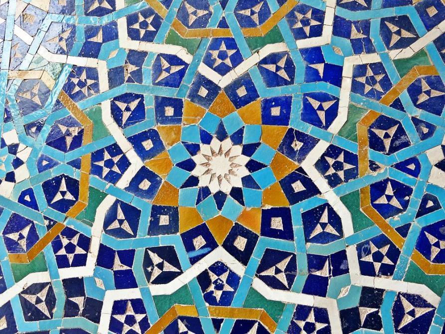 gebrochene Kacheln bilden dekorative Mosaike