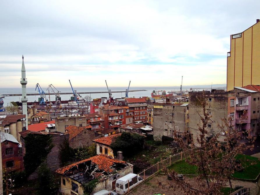 Blick auf den rustikalen Hafen in Trabzon