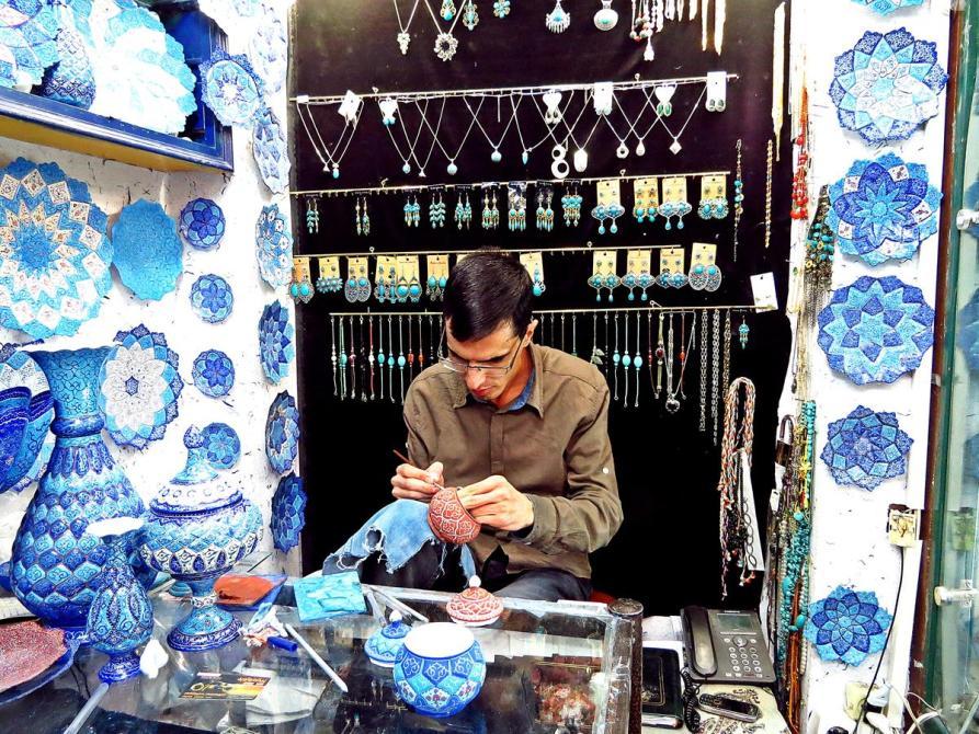 Handwerker bemalt Porzellan, Isfahan, Iran