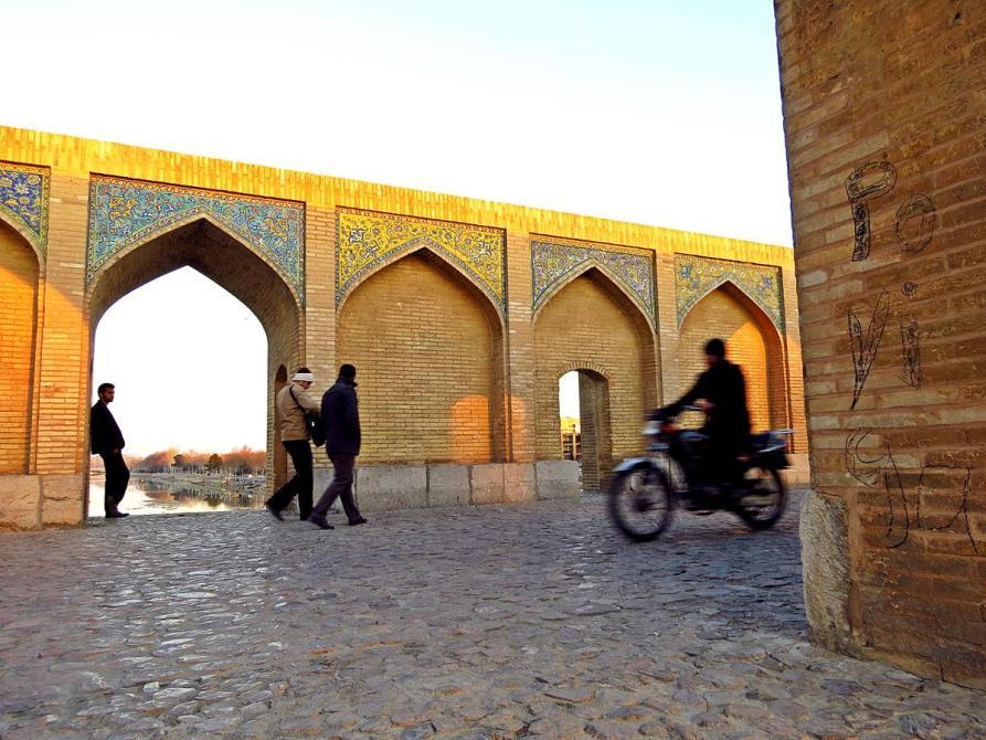 Spaziergänger und Mopedfahrer auf der Khaju-Brücke, Isfahan, Iran