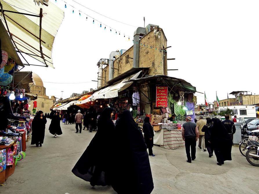 Frauen im Tschador auf der Straße, Isfahan, Iran