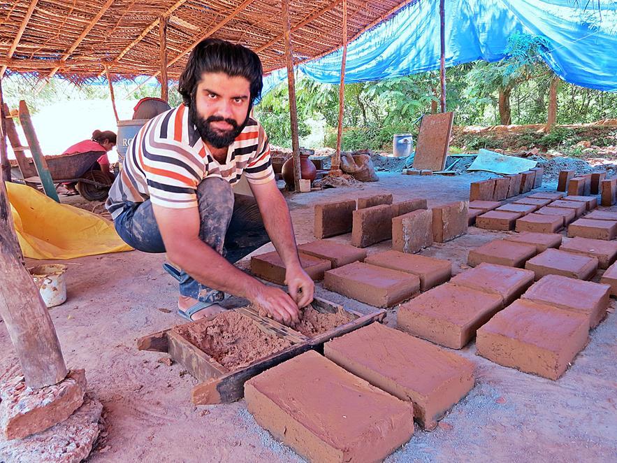 frische Adobeziegel trocken, Auroville, Sacred Groves