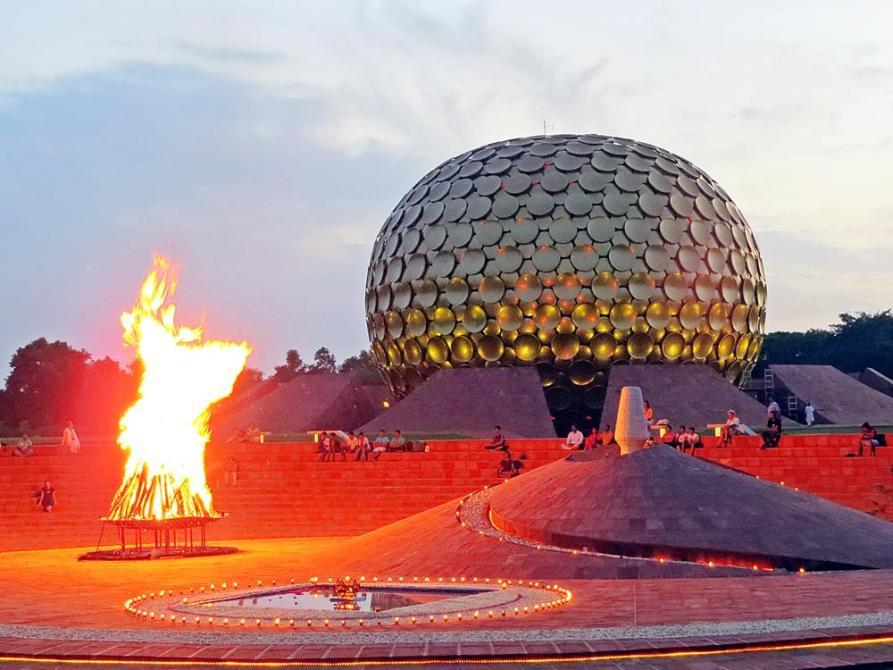 Matrimandir und Lagerfeuer in Auroville