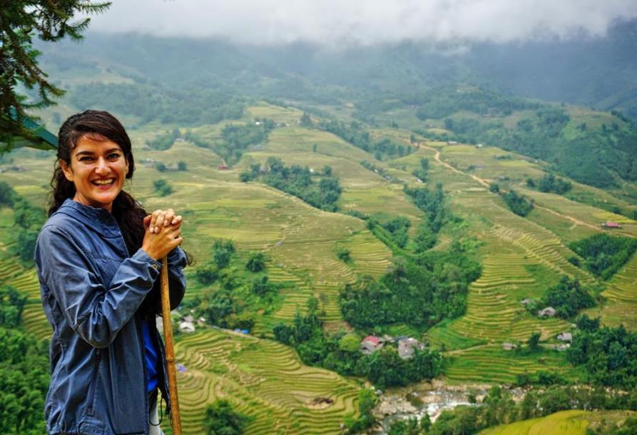 junge Frau in den Reisterrassen von Sapa