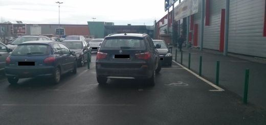 Parcare Carrefour era pe 2 locuri de handicap