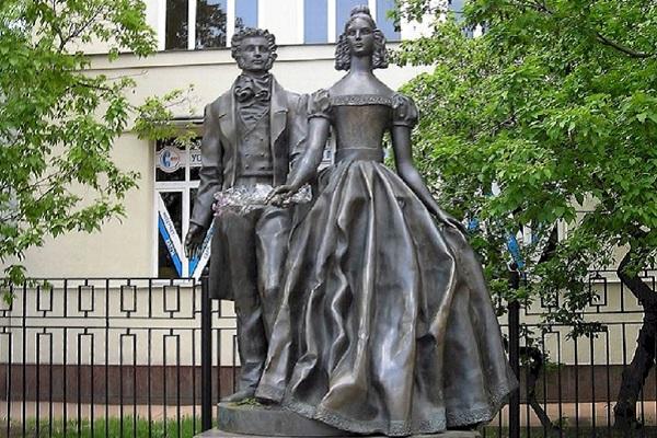 Памятник Пушкину и Гончаровой на Старом Арбате - Москва