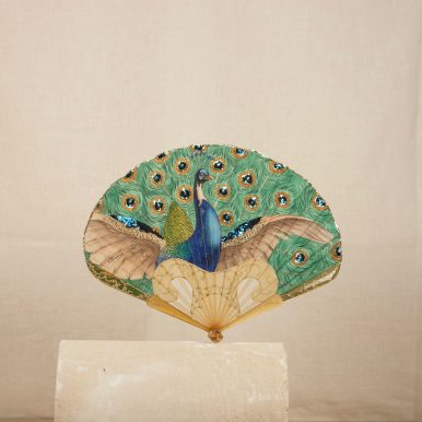 p. 203 Paon ('Peacock') fan, sequined leaf painted by Thomasse, monture with a hear-shaped gorge in blond horn (archives) c Andy Julia