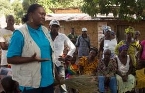 Mariam Touré de l'UNICEF sensibilise la communauté de  Foumba