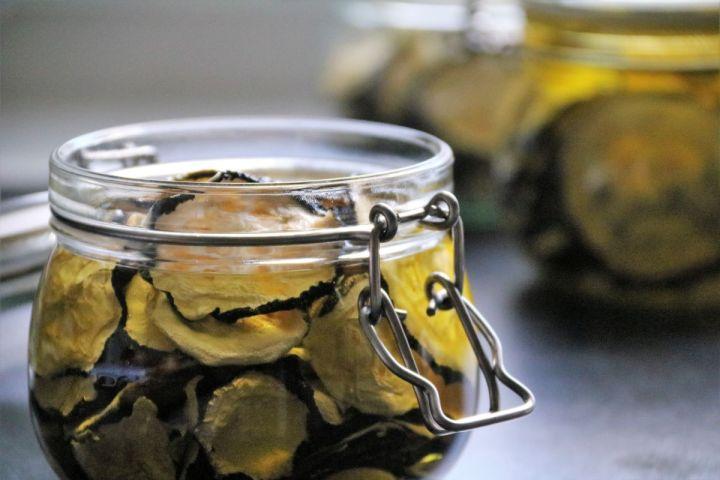 Den Geschmack des Sommers bewahren: eingelegte Zucchini