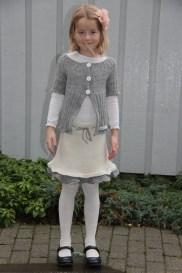 Fornøyd jente med nytt strikket sett