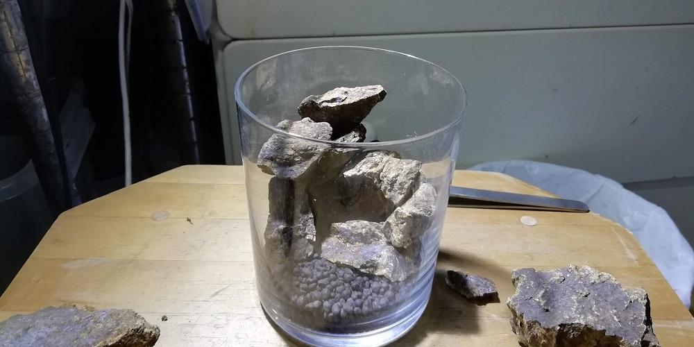 コップの弧に沿うように石を積み上げる