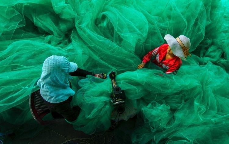 smithsonian-photo-contest-women-fabric