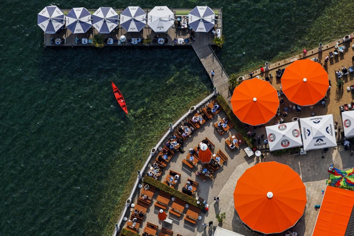 Luftaufnahme von einem roten Boot am Undosa-Strandcafe in Starnberg