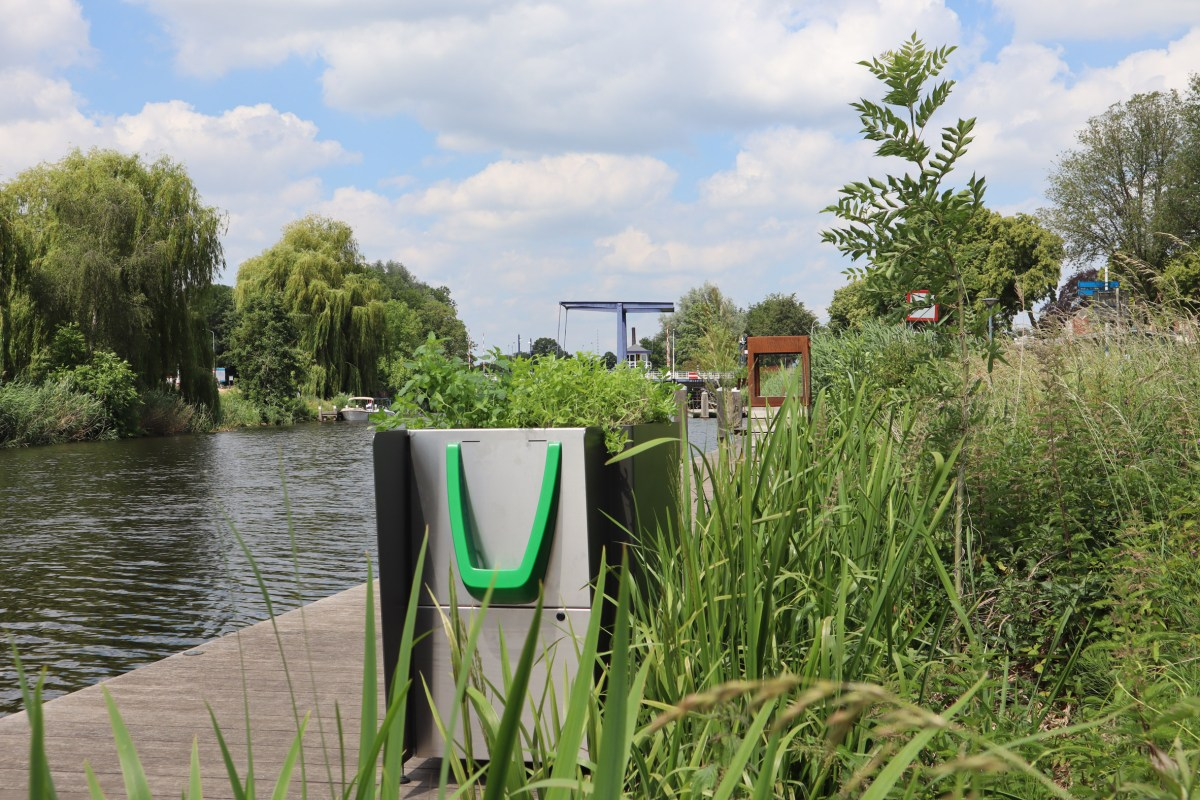 greenpee-sustainable-urinal-planters-amsterdam_moss_and_fog_3