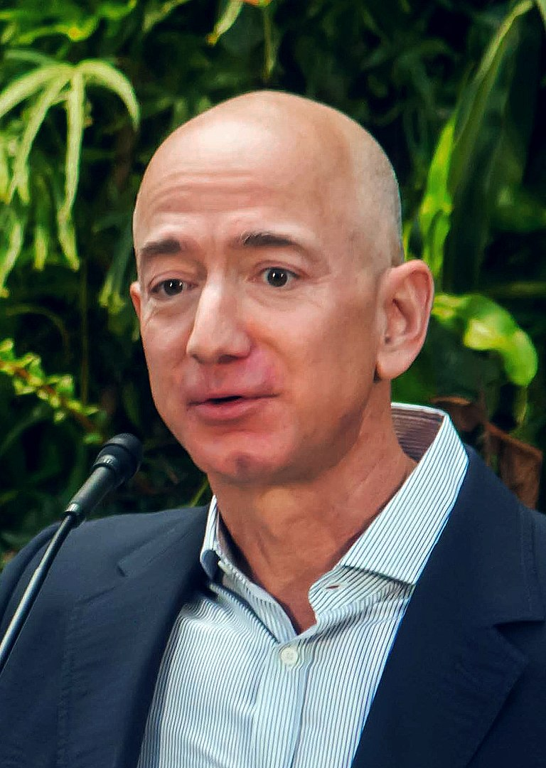Jeff Bezos By Seattle City Council from Seattle - https://www.flickr.com/photos/seattlecitycouncil/39074799225/, CC BY 2.0, https://commons.wikimedia.org/w/index.php?curid=68400532