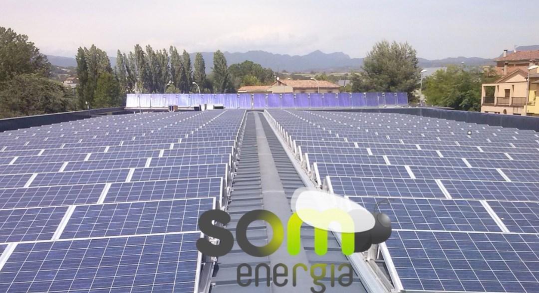 Plaques fotovoltàiques amb logo som energia