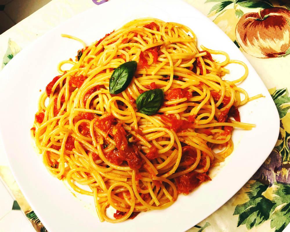 roasted cherry tomato spaghetti garnished with basil