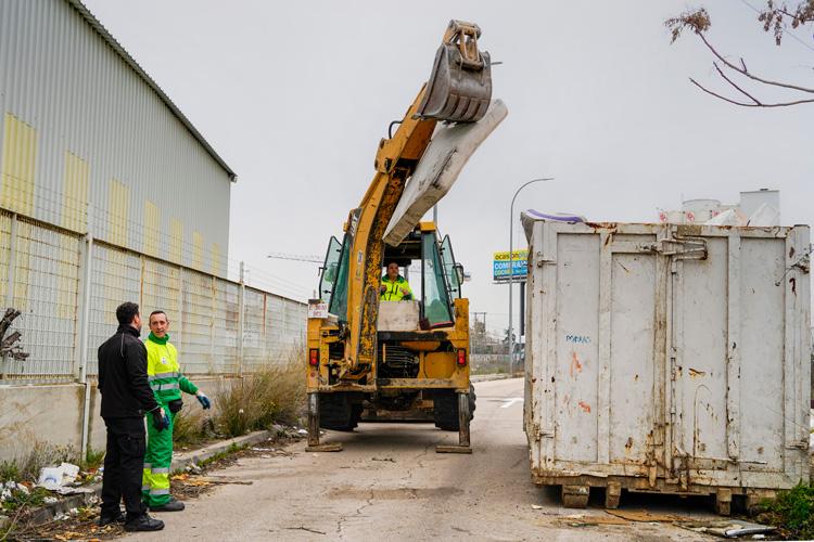 El Ayuntamiento inicia la retirada de residuos de la calle Puerto de Almenara en el Polígono de las Nieves
