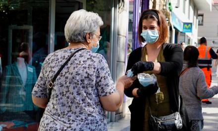La alcaldesa trata de lavar su imagen repartiendo mascarillas en mano a la población