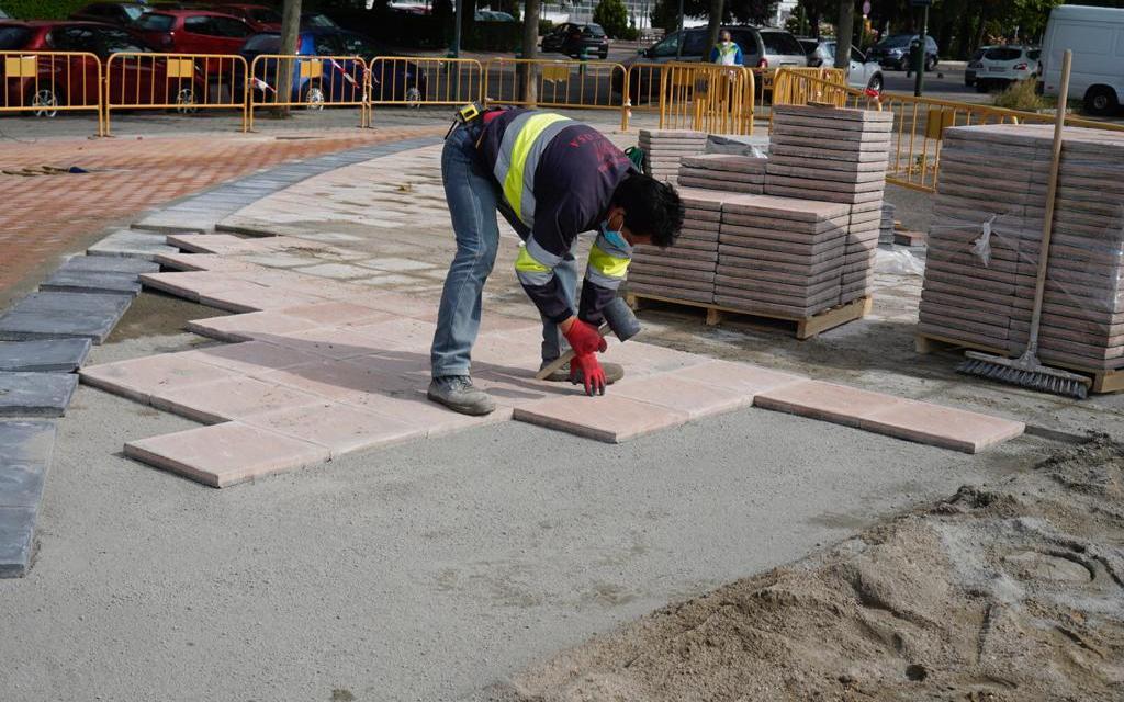 El Ayuntamiento elimina barreras arquitectónicas en la Avenida de la Vía Láctea y la Avenida de la ONU