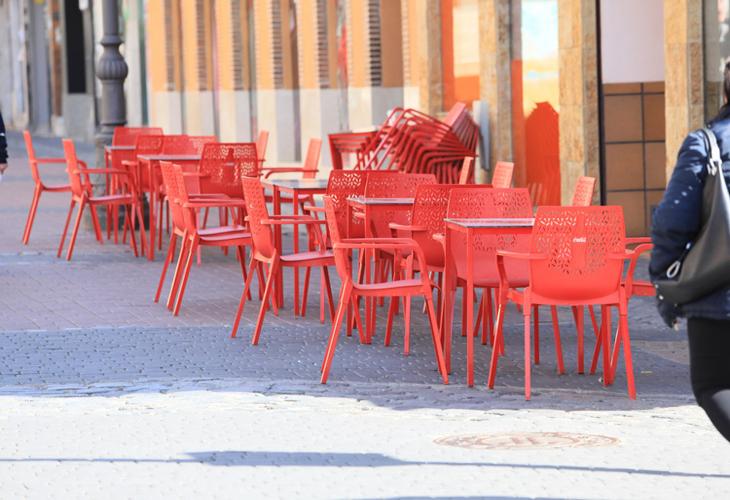 Madrid amplía a seis los comensales por mesa en terrazas y obliga al uso de mascarilla en todo momento, salvo para comer o beber