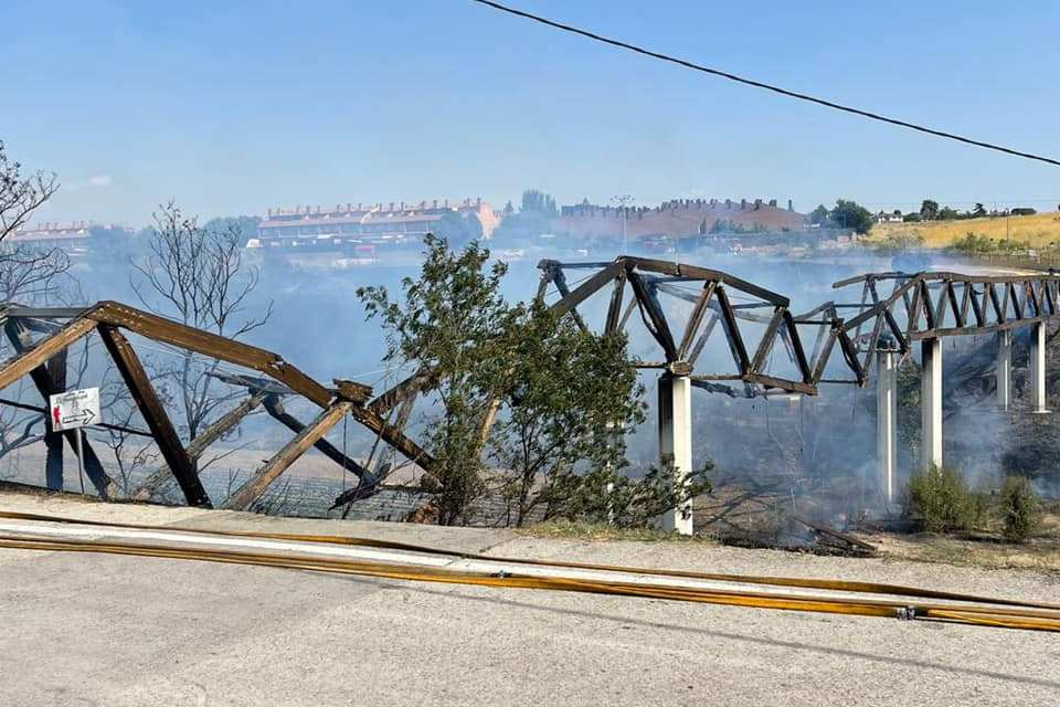El PP pide al Gobierno local que agilice la restauración urgente de la pasarela entre Guadarrama y Parque Coimbra que desapareció pasto de las llamas