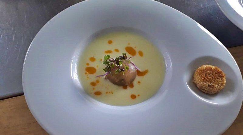 Crema de papas y puerros, con almejas al lemon grass