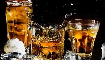 El whisky es uno de los destilados cada vez más cotizado por los chilenos, ya sea para beberlo en coctelería, maridaje o cocinar alimentos.