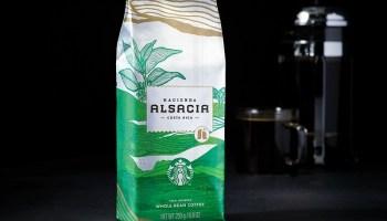 Starbucks celebra 50 años de vida con el lanzamiento de dos cafés: Anniversary Blend y Hacienda Alsacia, ambos con sabores inigualables.