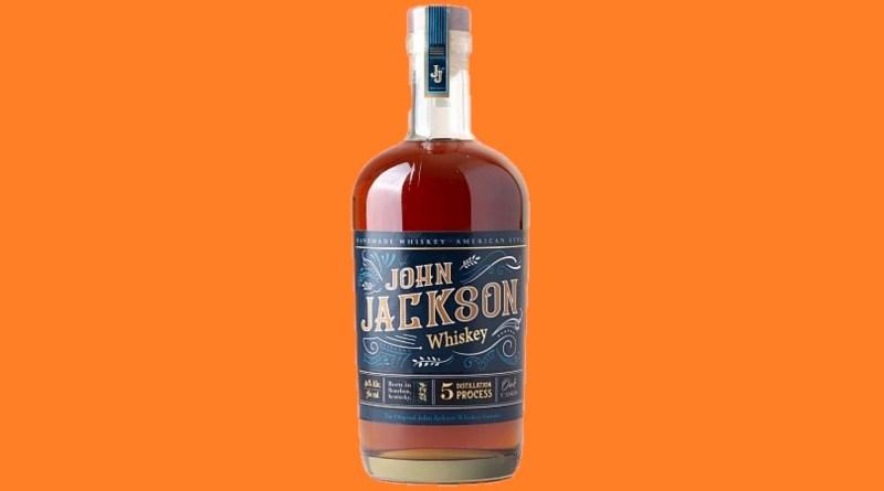 Con 5 destilaciones y mezclas de destilados de maíz, cebada malteada y trigo en proporciones únicas, llega a Chile el whiskey americano John Jackson.