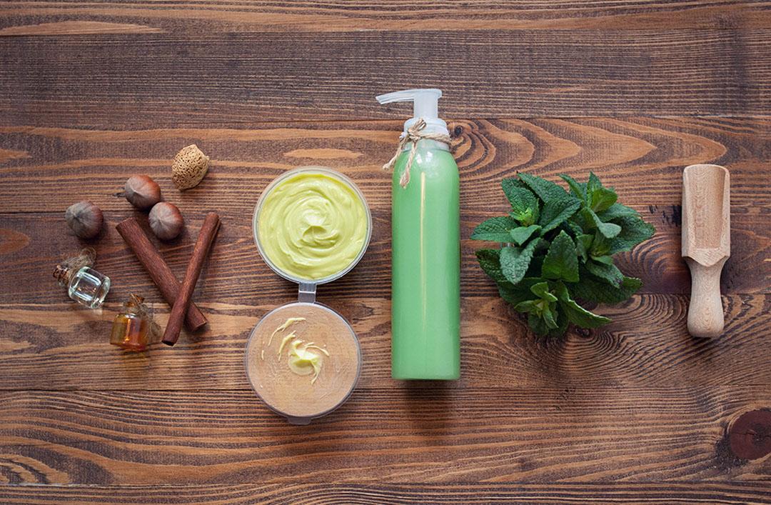 Photo d'ingrédients naturels et accessoires cosmétiques sur table en bois - référence
