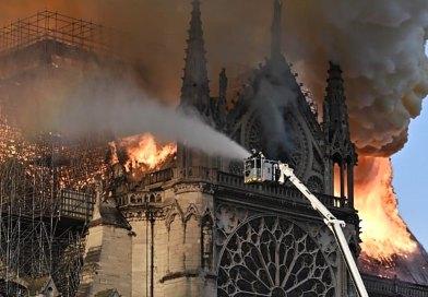 Katastrophe in Paris: Kathedrale von Notre Dame brennt lichterloh