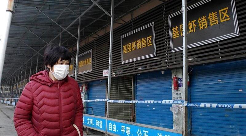 Frau in Wuhan trägt Grippemaske