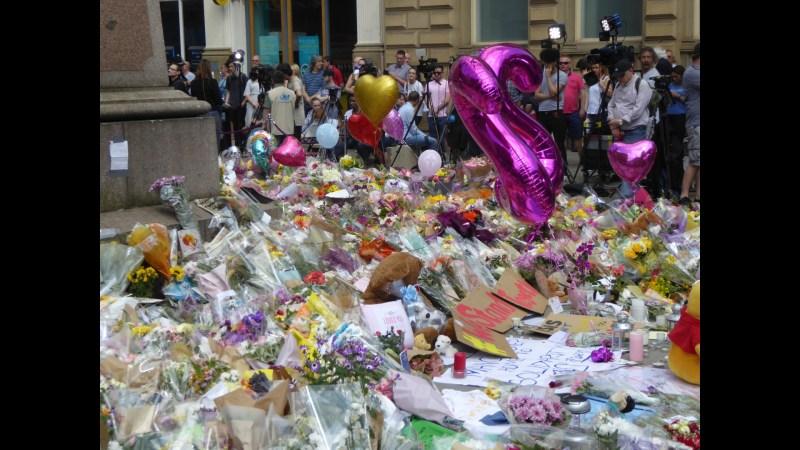 Bombe bei Ariana Grande Konzert tötet 22 Menschen.