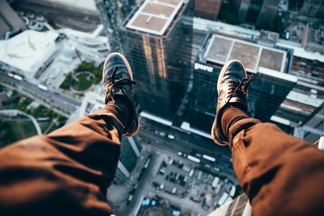 Meine Mission 2018 - Mann lässt die Beine über dem Abgrund hängen