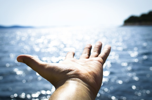 Weiterentwicklung - Eine offene Hand zeigt zum Horizont