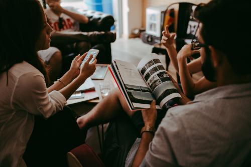 Lerngruppe Motivation im Studium - Eine Gruppe von Studenten sitzt am Tisch