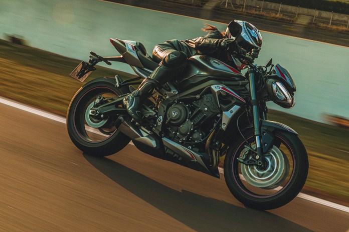 Mulheres-motociclistas-pilotando-moto-adventure-239-karine-simoes-embaixadora-triumph-por-elas