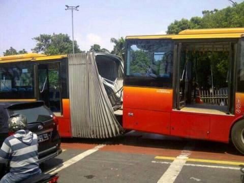 bus trans jakarta gandeng