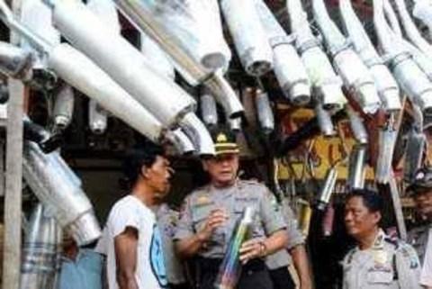 polisi dan pedagang knalpot