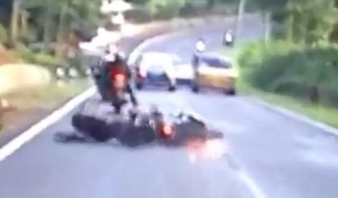 kecelakaan r25 vs ayla