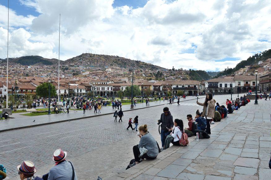 Туристы на центральной площади в Куско