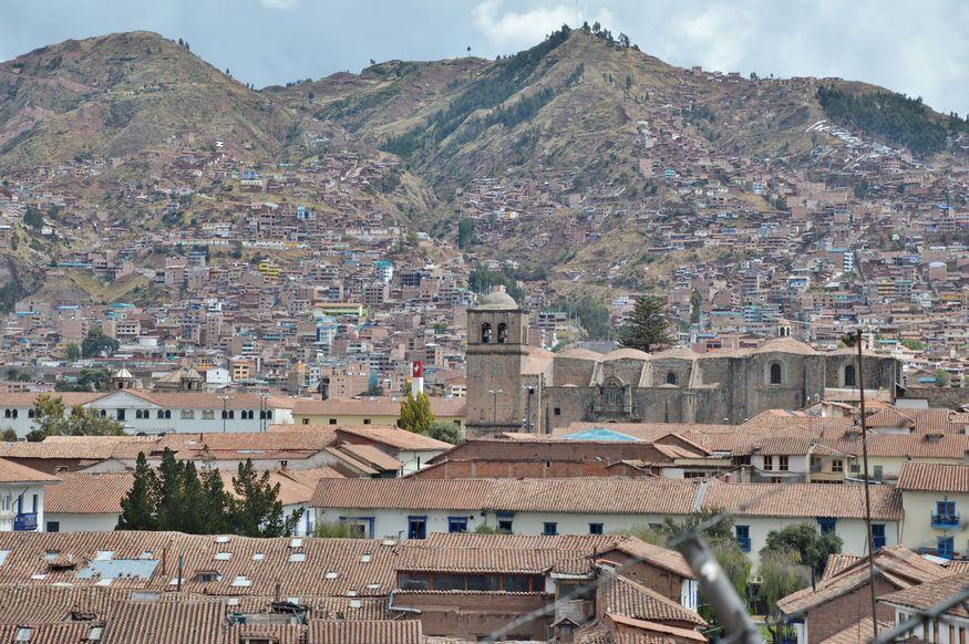 Вид из центра города Куско на горы и монастырь